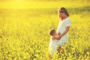 妊娠中に友人の結婚式に参列!おすすめのマタニティドレスをご紹介